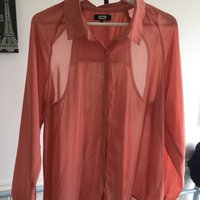 En orange blus BikBok