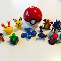 10 pokemon figurer med bollen