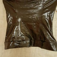 svart latex topp