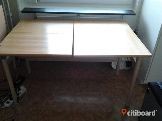 Computer Table / Datorbord / skrivbord / möbler / databord / TVbänk - Västerbotten, Umeå - Nice table. Height adjustable at one end as in image. Half of the table can be lifted / adjusted with the screw system. Can be used as a office table and computer table, Good condition. Measurements : 121cm X 80cm. Height : 70cm. Ch - Västerbotten, Umeå